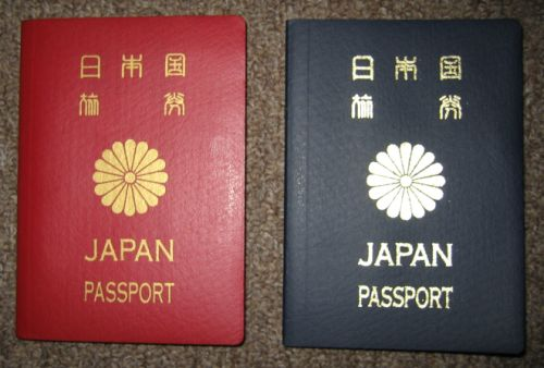 日本のパスポート 10年有効のパスポート(左)と5年有効な日本のパスポート(右). 申請...