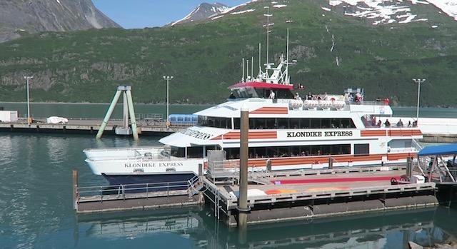Whittier から出発する氷河クルージング船